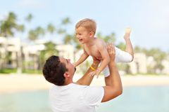 Avla att ha gyckel på stranden med hans lilla son arkivbilder