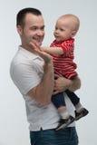 Avla att rymma hans son som är gullig behandla som ett barn pojken Arkivbild