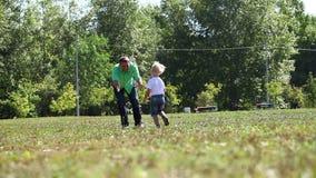 Avla att rymma hans son vid handen och att cirkla omkring stock video
