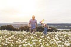 Avla att spendera tid med dottern under solnedgången royaltyfria bilder