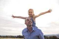 Avla att spendera tid med dottern under solnedgången royaltyfri fotografi