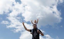 Avla den hållande lilla flickan på hans skuldra medan överst av berget solig dagsommar Arkivfoto