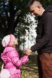 Avla en gå med dottern royaltyfri bild