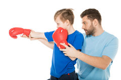 Avla med sonen som boxas tillsammans isolerat på vit Arkivfoto