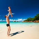 Avla och årig pojke som två spelar på stranden Royaltyfri Foto