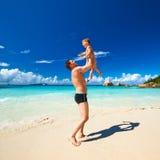 Avla och årig pojke som två spelar på stranden Royaltyfria Foton