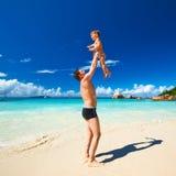 Avla och årig pojke som två spelar på stranden Arkivfoton