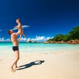 Avla och årig pojke som två spelar på stranden Royaltyfria Bilder