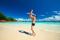 Avla och årig pojke som två spelar på stranden Royaltyfri Bild