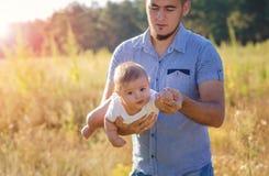 Avla och behandla som ett barn i höst utomhus Fotografering för Bildbyråer