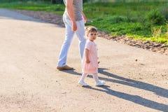 Avla och behandla som ett barn spendera tid tillsammans royaltyfria foton