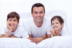 Avla och hans söner som har pojketid tillsammans Royaltyfri Bild