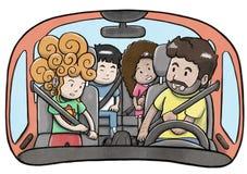 Avla och tre barn inom en bil genom att använda säkerhetsbälten och förbereda sig att köra Arkivbild