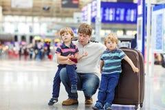 Avla och två lilla siblingpojkar på flygplatsen Royaltyfri Foto