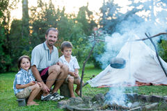 Avla och två söner som campar i skogen, sommartid Royaltyfri Bild