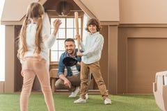 avla undervisa hans ungar hur man spelar baseball framme av Arkivbilder