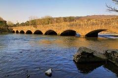 Avlagd Tennant kanalviadukt och Neath flod arkivfoto