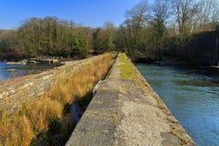 Avlagd Tennant kanalviadukt och Neath flod royaltyfri fotografi
