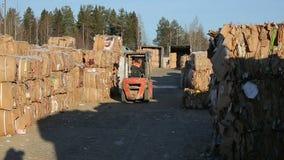 Avlastning av förlorat papper i en lagerelbil arkivfilmer