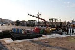 Avlastning av gods fr?n ett fartyg i Venedig Italien i ottan fotografering för bildbyråer