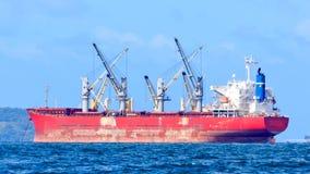 Avlastning av last från skyttelshipen till lighteren Royaltyfria Bilder