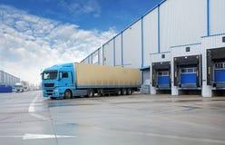 Avlastning av lastlastbilen på lagerbyggnad royaltyfria foton