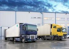 Avlastning av lastlastbilen på lagerbyggnad Arkivfoton