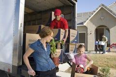 Avlastning av leveransen Van By New House Arkivfoton