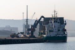 Avlastning av material i stora partier i porten Portkajen i Gdynia royaltyfri bild