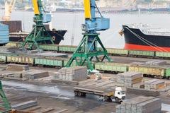 Avlastning och ladda av metall på skepp i Nakhodka Royaltyfria Foton