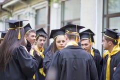 Avläggande av examendag på den lokala högstadiet i Rumänien Royaltyfria Bilder