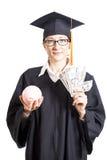 Avläggande av examenkvinnastudent med glasögon som rymmer dollarpengar a Arkivbild