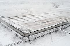 Avloppsnätvattenstation med behandlinghandfat på vintersäsongen, flyg- sikt som vapouring royaltyfri bild