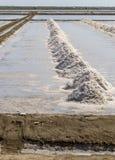 Avloppsränna i salta damm som gör rått för att salta eller trava från havsvatten I Arkivbilder