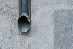 Avloppsränna på en grå vägg planlägg modernt stads- Arkivbilder