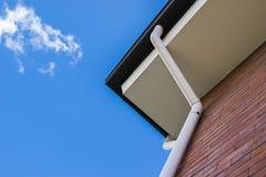 Avloppsrännor på takfot av tegelstenbyggnad Royaltyfri Fotografi