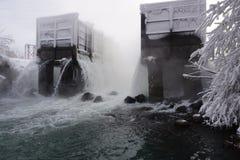 Avloppsvatten dumpas in i floden fotografering för bildbyråer