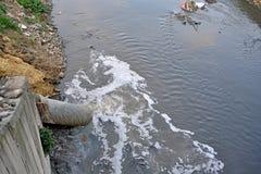 Avloppsvatten förorening, global uppvärmning, dåligt liv. Royaltyfri Bild