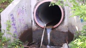 Avloppsvattenrör med smutsigt flöda för vatten stock video