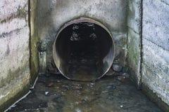 Avloppsvattenrör Urladdning för vattenförorening av vätskekemikalieavfalls fotografering för bildbyråer
