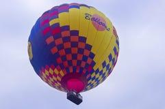 Avmaska sikten för ` s av stigning för ballonger för varm luft Royaltyfria Bilder