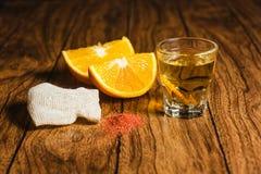 Avmaskar den mexikanska drinken för det Mezcal skottet med apelsinen och salt i oaxaca Mexiko fotografering för bildbyråer