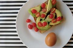 Avo och tomater på rostat bröd Arkivfoto