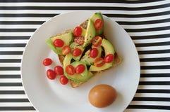 Avo och tomater på rostat bröd Arkivfoton