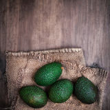 Avocado auf einem dunklen hölzernen Hintergrund quadrierte nahes hohes des Formats Lizenzfreies Stockfoto