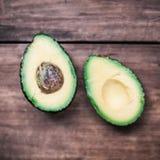 Avocado auf einem dunklen hölzernen Hintergrund quadrierte nahes hohes des Formats Stockfotografie