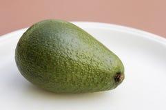 Avocado auf einer Platte lizenzfreies stockbild