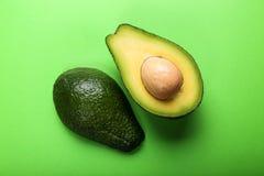 Avocado auf grünem Hintergrund Stockfoto