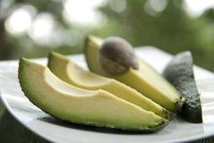 Avocado auf Platte stockfotografie