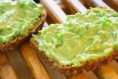 Avocado auf Startwert für Zufallsgeneratorbrot lizenzfreie stockfotografie
